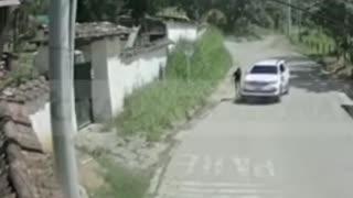 Video: Conductor de un vehículo embiste a propósito a un ciclista profesional en Santander
