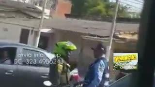 Riña entre policía y agente de tránsito