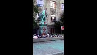 Statue torn down after Canada school discovery
