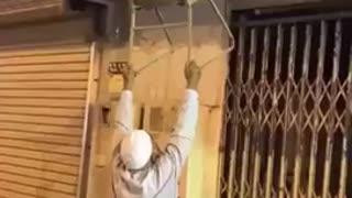 Graban a un anciano haciendo de todo por auxiliar a un gatito varado en el tejado