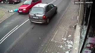 Homem quebra vitrine e recebe uma dose de carma