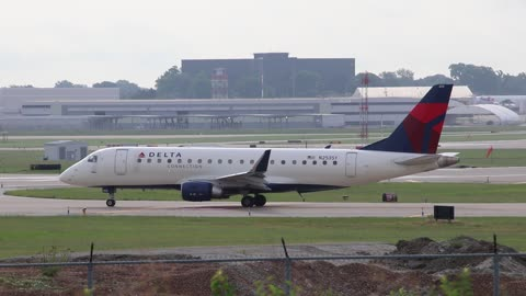 EMBRAER 175 Operating as SkyWest Flt 3707 Departing St Louis Lambert Intl - STL