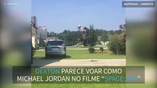 """Jovem parece o Michael Jordan no filme """"Space Jam"""""""