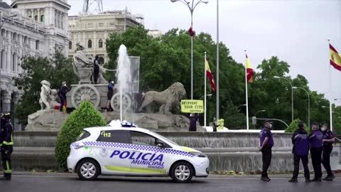 "Greenpeace put ""oxygen"" mask on statue in Madrid"
