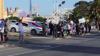 Protesters In Saint Kilda, Melbourne Stand On Busy Road And Get Amazing Response From The Public