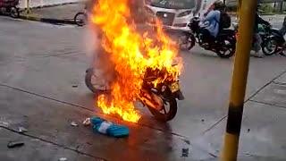 Incineran moto de un ladrón en Barrancabermeja