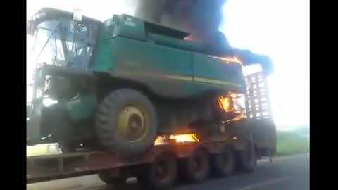 Colheitadeira John Deere 9770 pegando fogo - Brazil