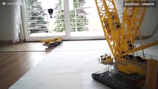Impressionante! Homem constrói guindaste gigante de Lego