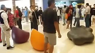 Manifestantes ingresan a centro comercial