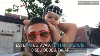 Pai tenta ensinar filho bebê a dizer as vogais