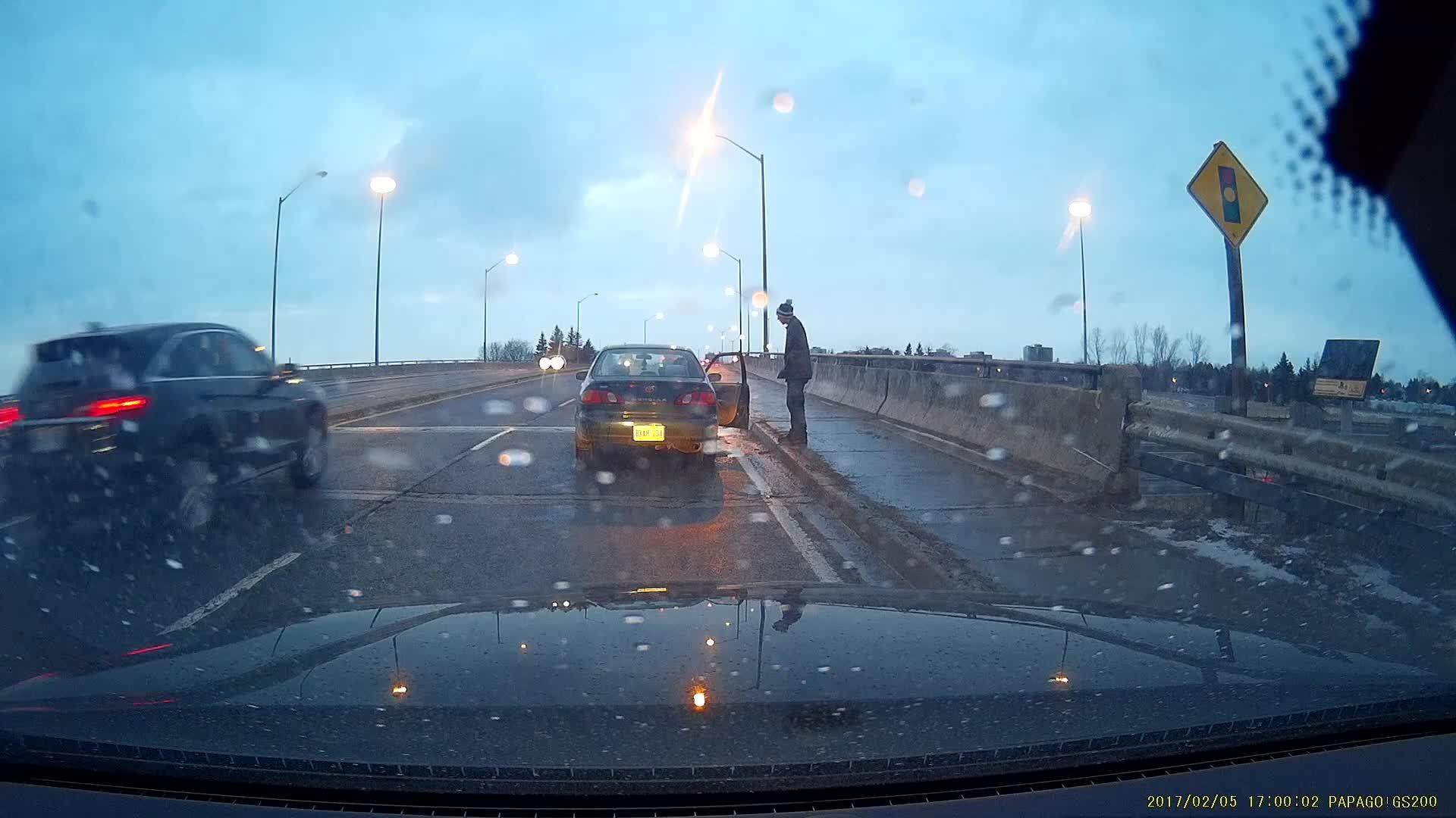 Sjåfør nær ved å meie ned fotgjenger