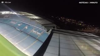 Jovens invadem estádio do Manchester City durante a noite