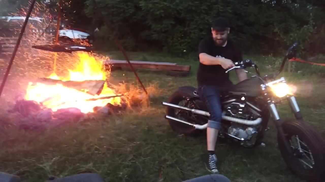 Harleyen får vanvittig trøkk i bålet!