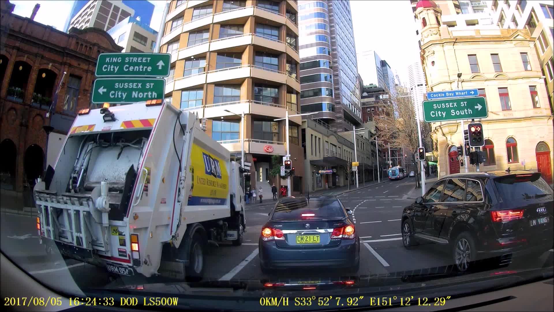 De går på rødt lys - så kommer søppelbilen
