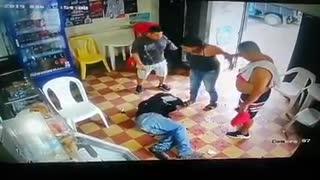 En video quedó registrada brutal agresión de una mujer contra un hombre en Piedecuesta
