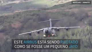 Avião gigante faz manobra impressionante