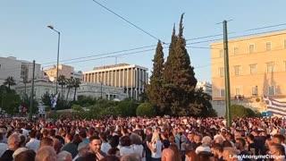 Mii de greci in Atena contra vaccinarii obligatorii și pasapoartele de vaccinare.