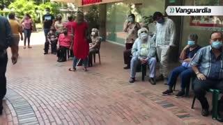 Adulto mayor es vacunado en Bucaramanga