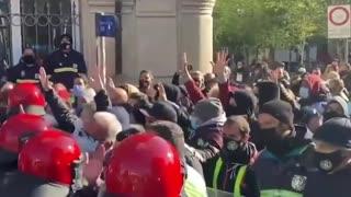 17/04/2021 SPAGNA: LA POLIZIA MANGANELLA I MANIFESTANTI