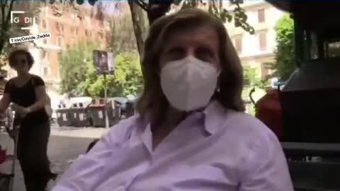 A Roma in tanti in giro ancora con la mascherina