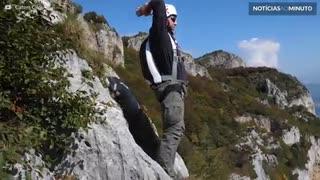 Salto de BASE jumping com 8 mortais