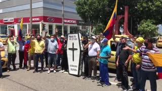 Protesta de taxistas en la carrera 27 con 56   paro