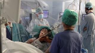 Video: Mujer toca el violín mientras le extirpan un tumor del cerebro