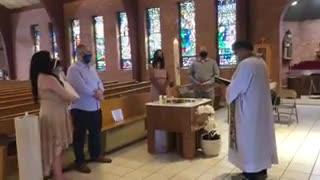 Padre expulsa menino autista de batizado da irmã por fazer barulho