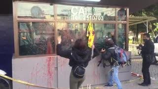 Protestas frente a CAI en Bogotá