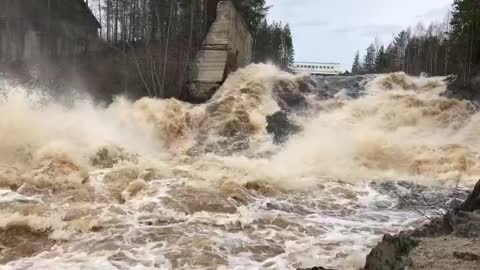 Rough current at the dam