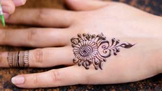 magnifique dessin au henné pour femme