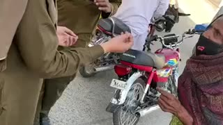 Police helping people in pakistan against covid 19