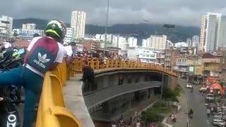 Policía y ciudadano evitaron que un hombre se lanzara de un puente en Bucaramanga
