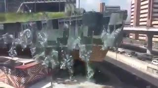 Se derrumbó fachada de nuevo centro comercial en México