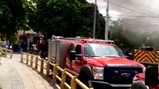 Comando de policía en llamas
