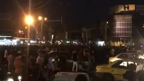 """Protestors in Izeh with the slogan """"Khamenei's fire cannon should be killed"""""""