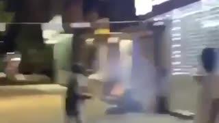 vídeo mostra grupo a atirar fogo de artifício a sem-abrigo