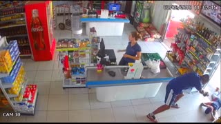 Off Duty Cop Stops Armed Robber With The Quickness!