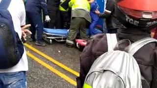 Video: Quedó trapado entre las latas de un bus por un accidente, en Santander