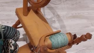 Handmade spinning wheel / spinning fiber