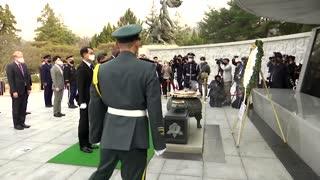 U.S. Defense Secretary visits Seoul's national cemetery