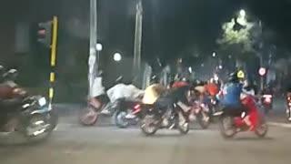 caravana de motociclistas en la noche en Bucaramanga