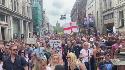 Massive Crowds Gather for London Anti-Vaccine Passport Protest