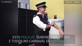 Policial dança e encanta multidão no Carnaval