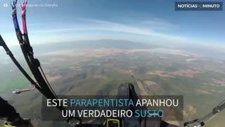 Parapentista perde o controle em pleno voo
