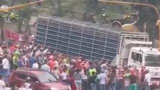 Video: Mujer quedó atrapada bajo un camión en Piedecuesta