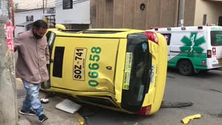 Video: Un carro volcado y dos heridos dejó fuerte choque en Bucaramanga