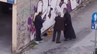 Ιερέας δέρνει ηλικιωμένο σε δρόμο της Κοζάνης