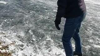 Tante filmt ome Kees op de schaatsen en schatert het uit van het lachen