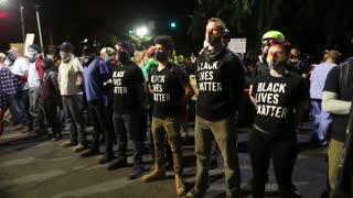 Se enfrentan manifestantes con policías durante protesta en Portland